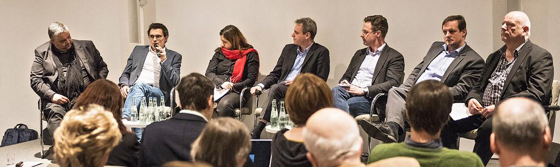 Das Podium mit Oliver Keymis (Grüne), Alexander Vogt (SPD), Özlem Demirel (Die Linke), Moderator Frank Überall, Marcus Pret-zell (AfD), Thorsten Schick (CDU) und Thomas Nückel (FDP). | Foto: Arne Pöhnert