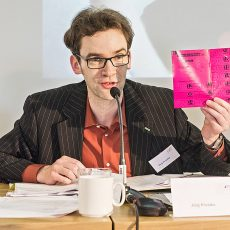 Morgens erläuterte Sitzungspräsident Jörg Prostka den Einsatz der Stimmkarte mit nummerierten, selbstklebenden Abschnitten.   Foto: Arne Pöhnert