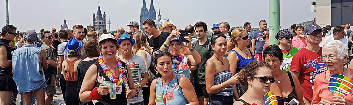 Bunt und vielfältig wie die Parade selbst zeigen sich auch die Menschen am Zugweg. Foto: Corinna Blümel