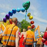 """Über der KJV-Gruppe schwebt ein Regenbogen aus Ballons Das grüne Herz ganz oben trägt die Aufschrift """"Kölner Journalisten-Vereinigung"""". Foto: Bettina Blaß"""