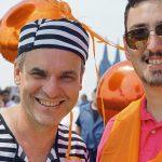 Die Stimmung stimmt: Frank Überall und Pascal Hesse vertreten DJV-Bundes- und -Landesverband bei der Aktion der Kölner Journalisten-Vereinigung. Foto: Bettina Blaß