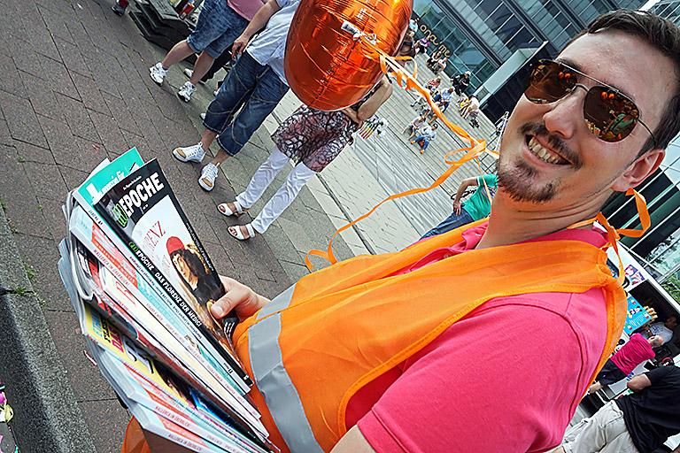 Pascal Hesse verteilt Zeitschriften und Zeitungen. Der Schatzmeister des DJV-NRW war extra aus Essen angereist, um die kölner zu unterstützen. Foto: Bettina Blaß