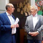 Bild Horn Landesvorsitzender Frank Stach (links) im Gespräch mit Ulrich Horn, der seit 60 Jahren im DJV ist. Horn arbeitete unter anderem als Fotograf bei der Rheinischen Post. Foto: Carmen Molitor