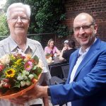 Der Landesvorsitzende Frank Stach ehrt Hans E. von Krustenstjern (links), der unter anderem Redakteur der Afrikaredaktion der Deutschen Welle war. Foto: Carmen Molitor