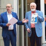 Jubilar Manfred Meis (rechts), seit 50 Jahren im DJV, präsentiert im Gespräch mit dem Landesvorsitzenden Frank Stach die erste journalist -Ausgabe, die er erhalten hatte. Auf dem Titelbild prangt Wolf Biermann. Foto: Corinna Blümel