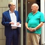 Klaus Reisenberg (rechts) hat sich in seiner 50-jährigen Mitgliedschaft immer für seine Gewerkschaft engagiert. Er war unter anderem Betriebsrat und Redakteur bei BILD und BILD am Sonntag in der Redaktion Rhein-Ruhr. Foto: Corinna Blümel