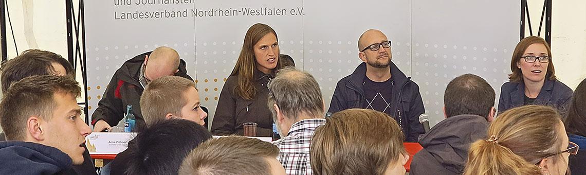 Im ersten Workshop sprachen Arne Pöhnert, Maren Letterhaus, Stanley Vitte und Helene Pawlitzki (hinten, v.l.) übers Geld. | Foto: Corinna Blümel