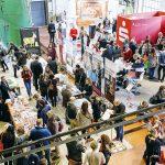 Der Marktplatz mit Ständen der Sponsoren, Journalistenschulen, Versicherungen, DJV-Service und DJV-Geschäftstelle. | Foto: Udo Geisler