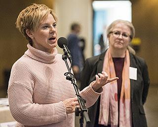 Diskussionen mit NRW-Beteiligung: Andrea Hansen (vorne) und Corinna Blümel | Foto: Arne Pöhnert