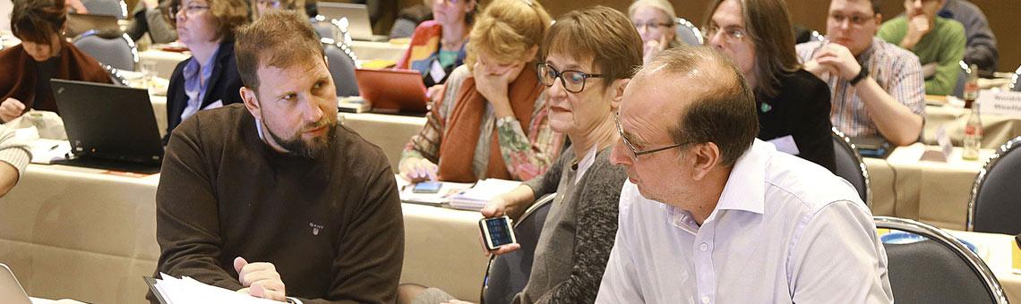 Kurze Abstimmung (v.l.): Volkmar Kah, Katrin Kroemer und Frank Stach. Dahinter ein Teil der NRW-Delegierten. | Foto: Anja Cord