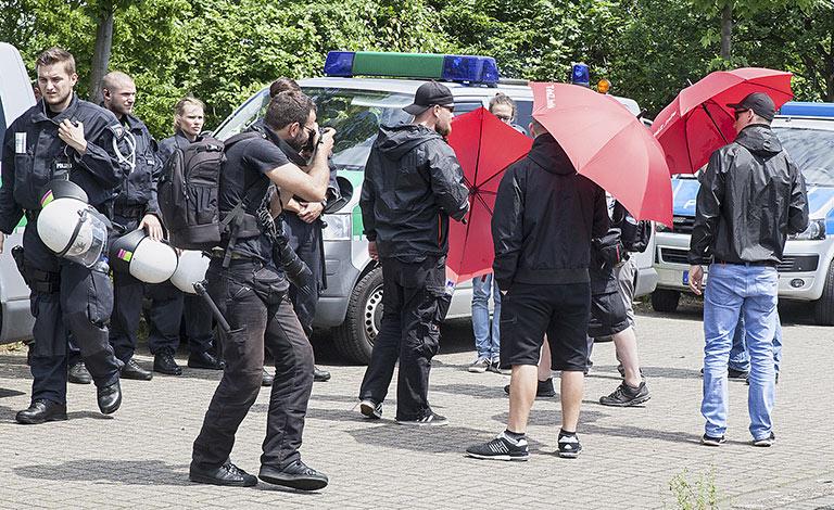 Bei einer Demo in Dortmund bedrängen Rechtsradikale die Bildjournalisten mit Regenschirmen – direkt unter den Augen der ungerührten Ordnungskräfte. | Foto: Harmtut Schneider