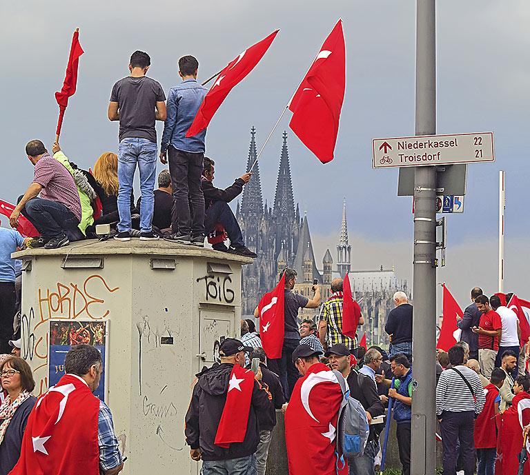 Die Konflikte sind aus der Türkei längst nach Deutschland geschwappt: Unterstützer-Demo für die Regierung Erdoğan im Juli 2016 in Köln. | Foto: txt