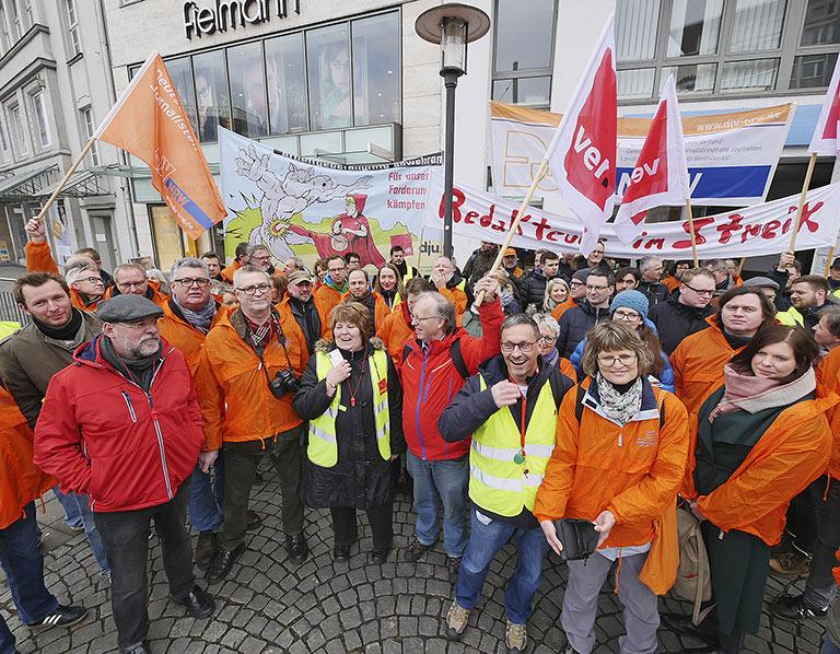 Kampflustige Stimmung bei der zentralen Versammlung auf dem Jahnplatz in Bielefeld. | Foto: Jost Wolff