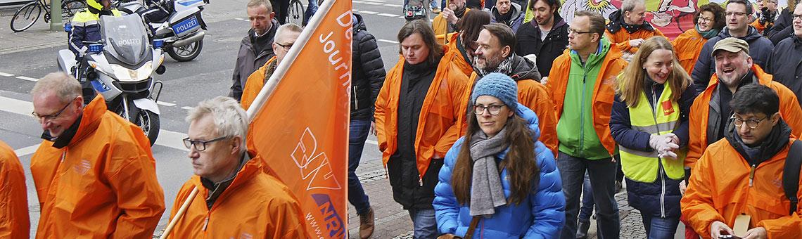 Mit einem Protestzug durch die Bielefelder Innenstadt zeigten die Streikenden ihren Unmut über die starre Haltung der Verleger. | Foto: Jost Wolff