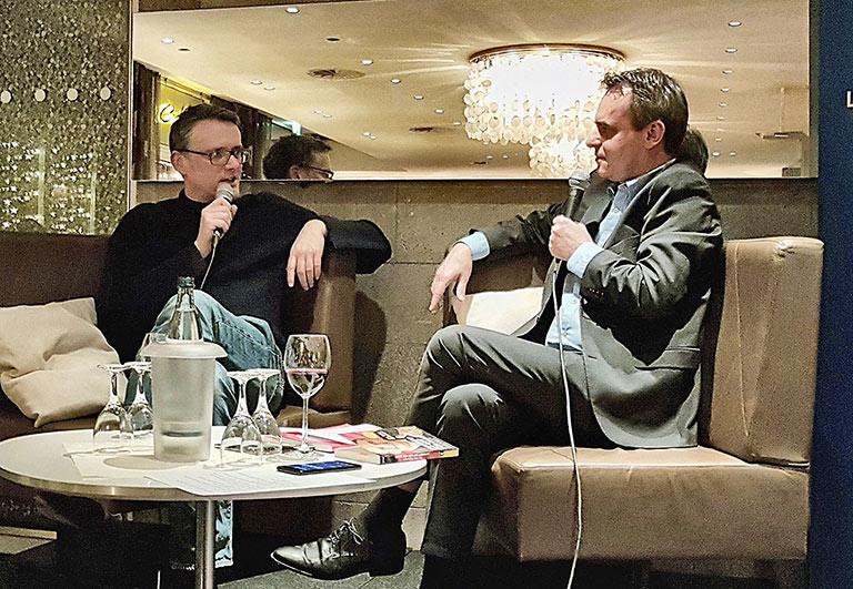 Comedian Ralf Kabelka (l.) lotete mit Frank Überall das Verhältnis von Journalismus und Satire aus. | Foto: Corinna Blümel
