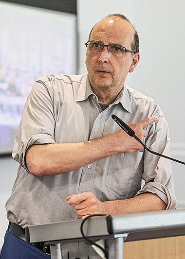 Frank Stach (l.) wirbt dafür, dass die Arbeit auf gewohntem Niveau weitergehen kann: Rechtsschutz, Freienberatung und Veranstaltungen, Arbeitskämpfe, Betriebarbeit und vieles mehr. | Foto: Arne Pöhnert
