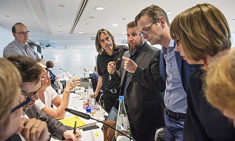 Kurze Absprache zwischen dem Präsidium (vorne l.) und der Geschäftsführung sowie Teilen des Vorstands.   Foto: Arne Pöhnert