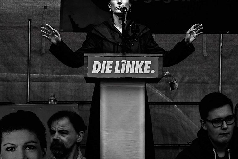 Linken-Politikerin Sahra Wagenknecht am 18.9.2017 bei einer Wahlkundgebung in Siegburg: Bernd Arnold beschäftigt sich schon lange mit Wahlkampf, Macht und Ritualen. | Foto: Bernd Arnold