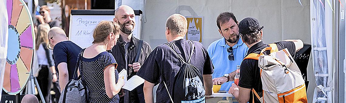 Auch zwischen den Panels war das DJV-Zelt ein Anlaufpunkt für den entspannten Austausch.   Foto: Alexander Schneider