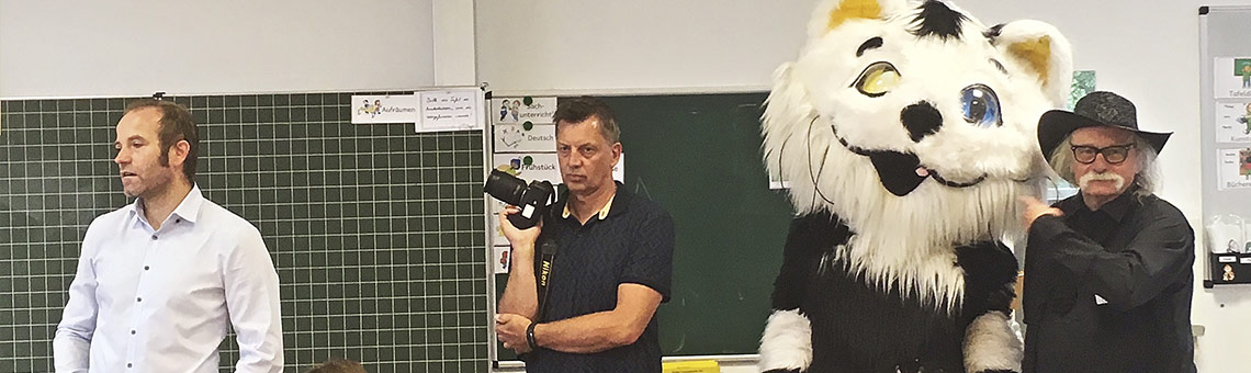 Werbeaktion für Beruf und Medium:. B.A.P.-Vorsitzender Hubert vom Venn (r.) beim Besuch in der Grundschule. | Foto: Heike Eisenmenger