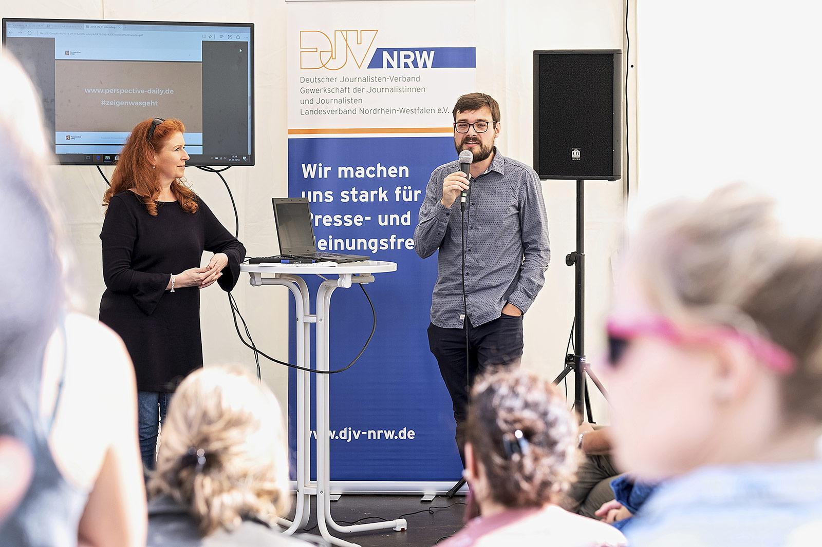 Unsere Annahmen über die Lage der Welt sind häufig zu negativ, zeigten Kerstin Timm-Peeterß und Daniel Ehl im Panel zum Konstruktiven Journalismus. | Foto: Alexander Schneider