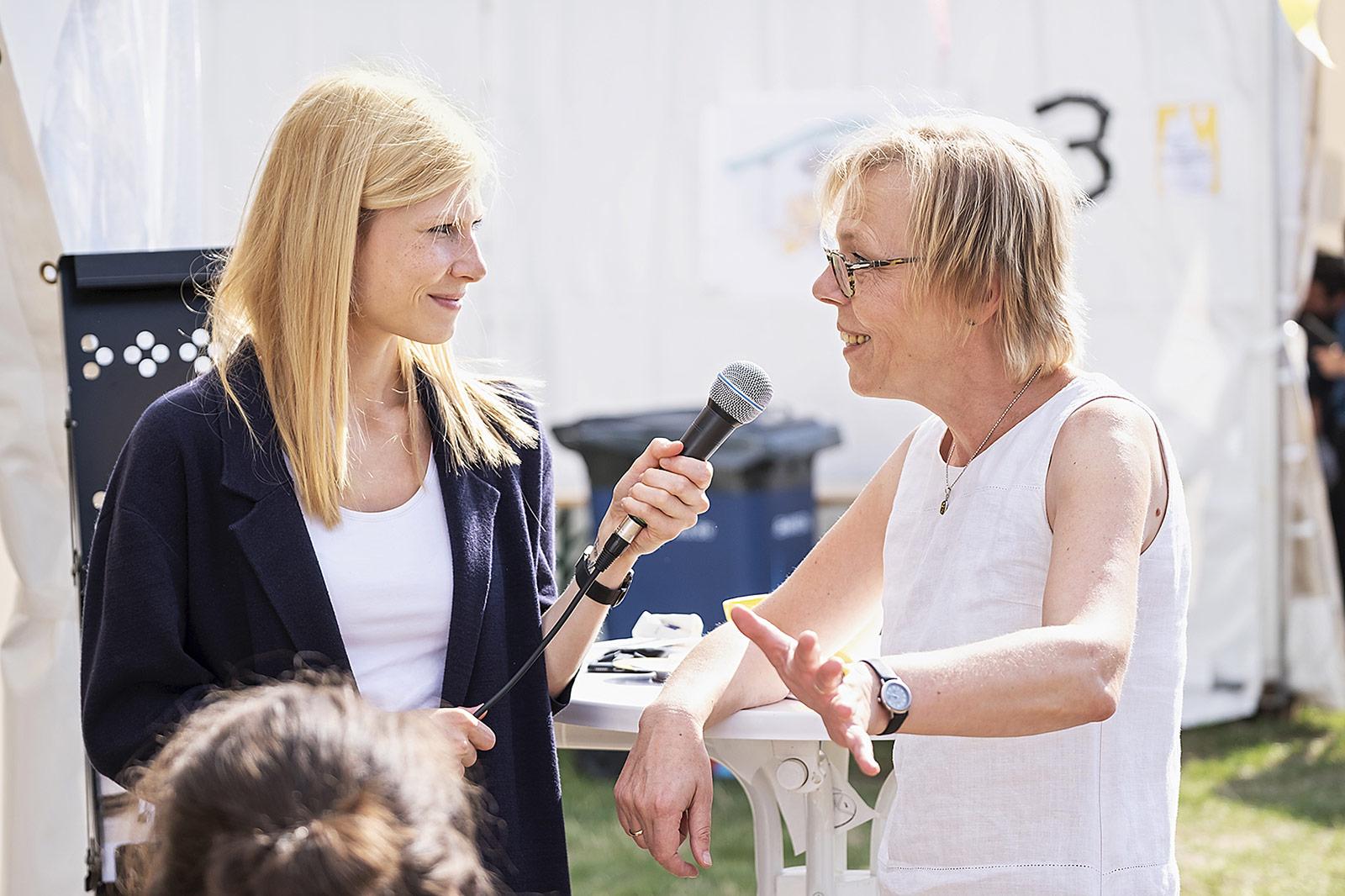 Marie Illner (l.) sprach beim Speedtalk mit Kolleginnen und Kollegen.   Foto: Alexander Schneider