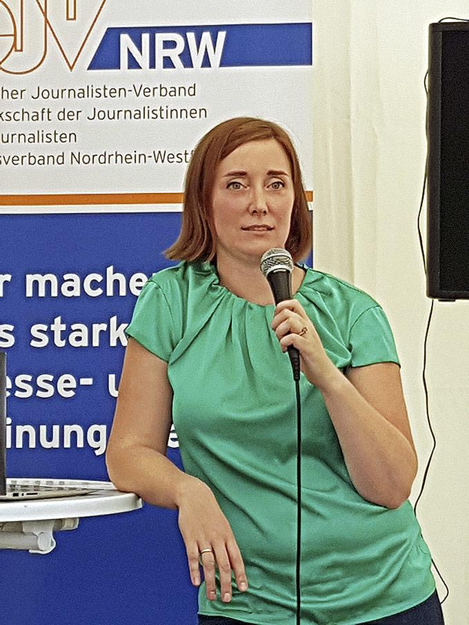 Helene Pawlitzki führte kurz und knackig ins Thema Podcasting ein. | Foto: Corinna Blümel