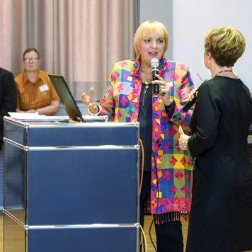 Bundestagsvizepräsidentin Claudia Roth (l.) im Gespräch mit Moderatorin Andrea Hansen | Foto: Alexander Schneider