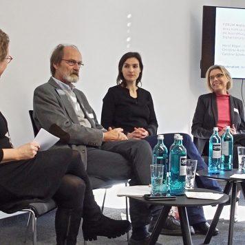 Über Medienkonzentration diskutiert Annette Kalscheur mit Horst Röper, Caroline Schmidt und Christine Richter (v.l.). | Foto: Alexander Schneider