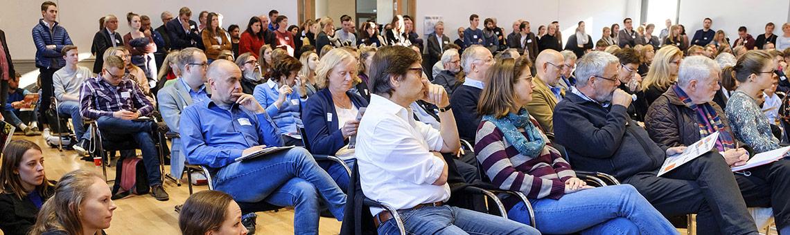 Volle Reihen gab es in der Aula der Sparkassenakademie unter anderem beim Impulsvortrag. | Foto: Alexander Schneider