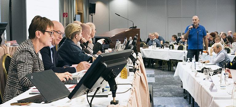 Vorstandstisch mit Schatzmeisterin Katrin Kroemer (l.), hinten am Mikrofon Bert Grickschat aus NRW. | Foto: Frank sonnenberg