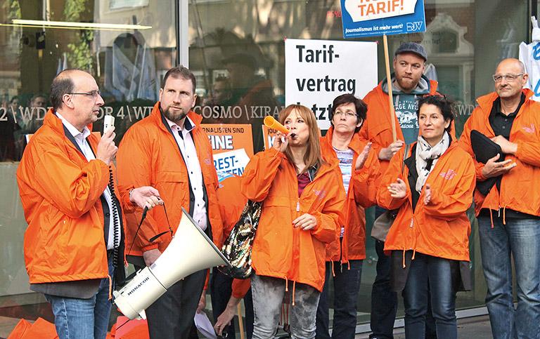 Bei Warnsteiks (hier im August 2017) sind die Mitglieder der DJV-Betriebsgruppe gefordert. Im Bild (vorne, v.l.) Frank Stach, DJV-NRW-Geschäftsführer Volkmar Kah und Stephanie Hajdamowicz. | Foto: Thomas Schwarz