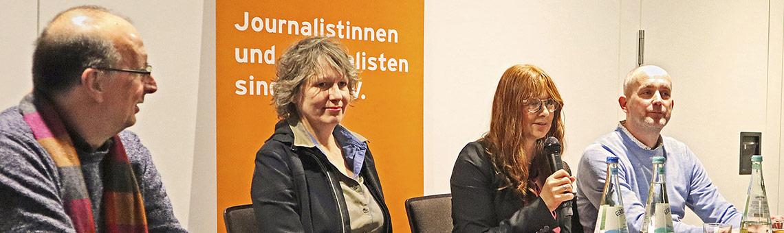 DJV-Landesvorsitzender Frank Stach (l.) begrüßte die Gäste, danach diskutierten (daneben v.l.) Kamerafrau Birgit Gudjonsdottir, Moderatorin Stephanie Funk-Hajdamowicz und NRD-Reporter Björn Staschen. Foto: Corinna Blümel