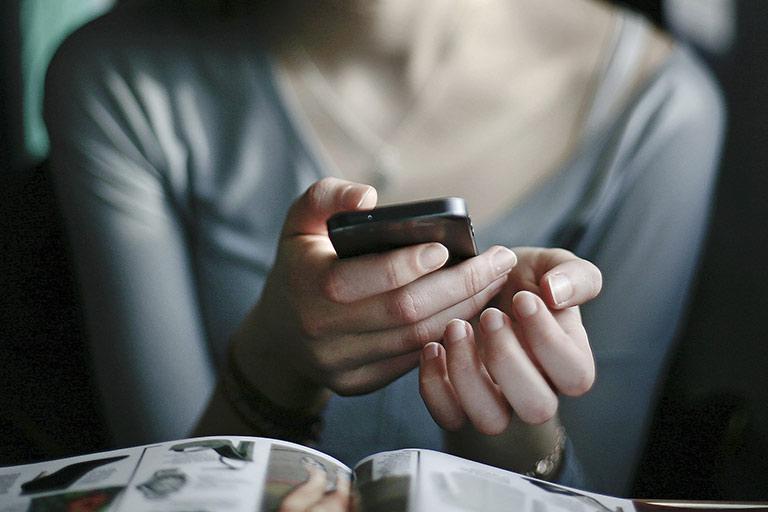 Wie schaffen es Zeitungen, als bevorzugte App auf den Smartphones der Userinnen und User zu landen – und ihnen die exklusiven Inhalte auch zu verkaufen? | Foto: inkje