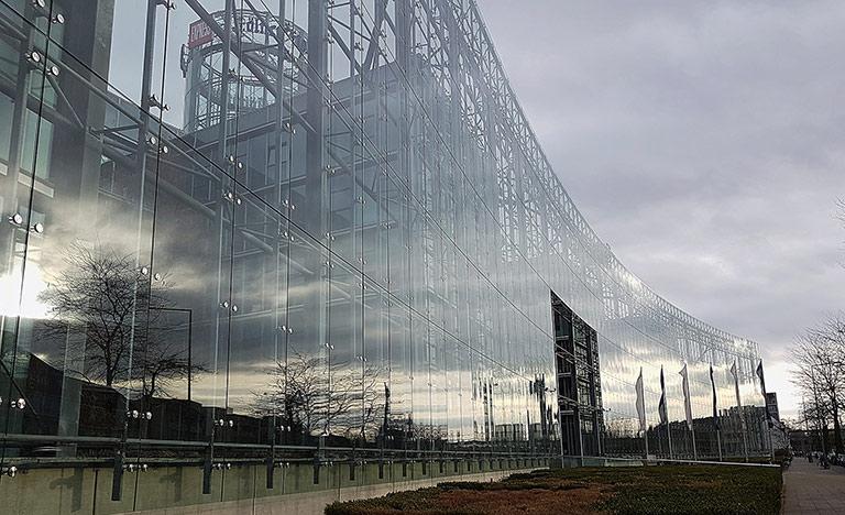 Auflösungserscheinungen? Spiegelung in der Glasfassade am DuMont-Stammsitz in Köln. | Foto: Corinna Blümel