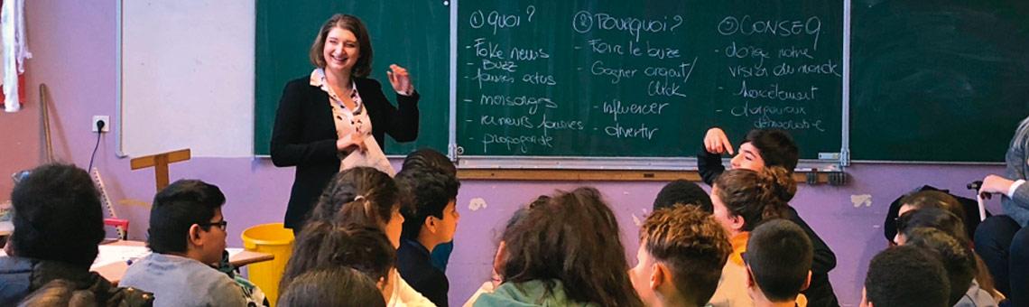 Eine Journalistin klärt im Klassenzimmer über Falschmeldungen und journalistische Arbeit auf.. I Foto: Lie Detectors