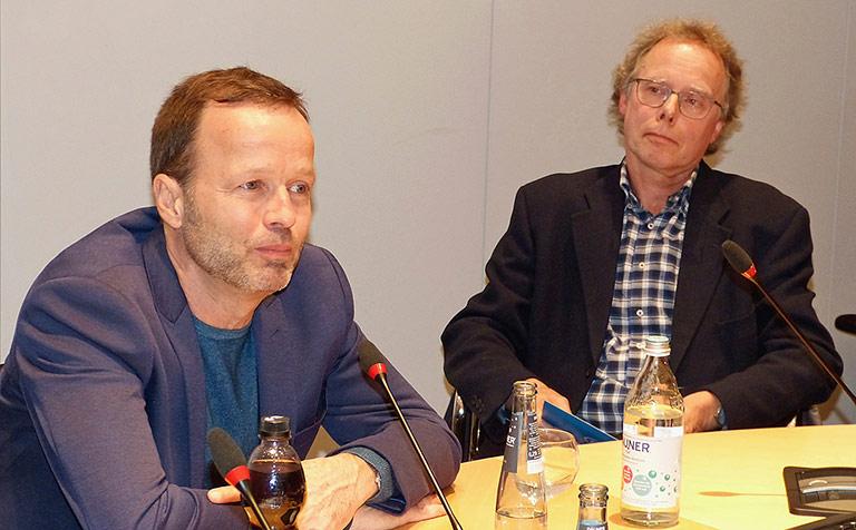 Monitor-Chef Georg Restle (l.) im Gespräch mit Steffen Heinze. | Foto: Janne Neuman