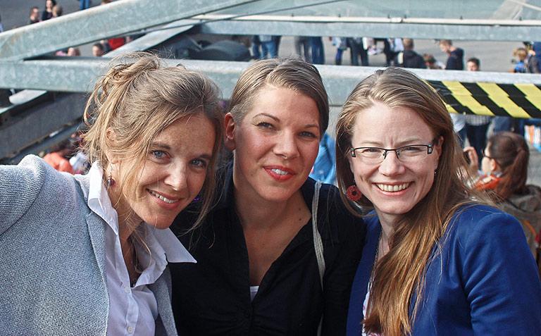 Die Frauen hinter hostwriter: Geschäftsführerin Tabea Grzeszyk (M.) mit ihren Mitgründerinnen Tamara Anthony (l.) und Sandra Zistl. | Foto André Grzeszyk