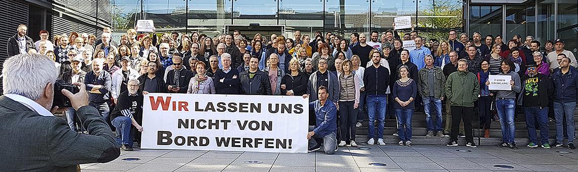 Selbstbewusste Belegschaft: Aktive Mittagspause am DuMont-Stammsitz in Köln. | Foto: Corinna Blümel