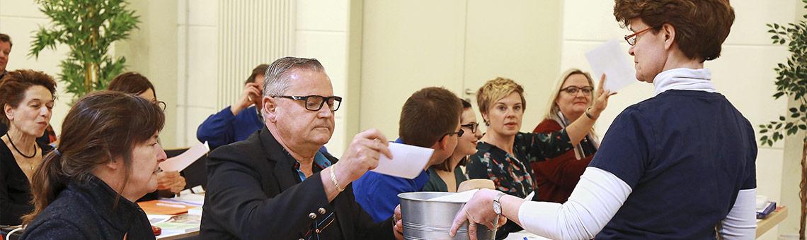 Sabine Becker-Stils (r.) aus der Landesgeschäftsstelle sammelt die Stimmzettel für die Wahl des Landesvorstands ein. | Foto: Anja Cord