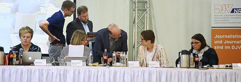 Kurze Absprache am Vorstandstisch, vorne (jeweils v.l.): Barbara Löcherbach, Frank Stach und Katrin Kroemer, hinten Christian Weihe und Volkmar Kah. | Foto: Aja Cord