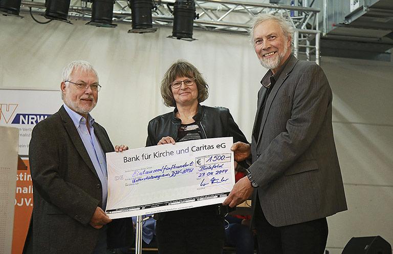Norma Langohr und Norbert Fiedler (r.) vom DJV-OWL überreichten eine Spende für den Unterstützungsverein an Helmut Dahlmann. | Foto: Aja Cord