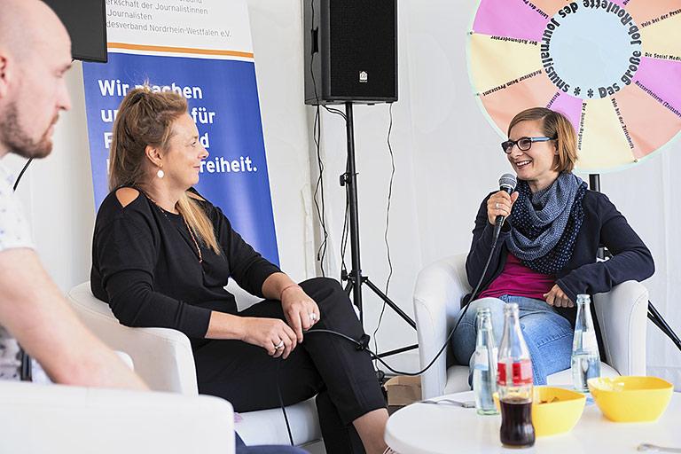 Impression von 2018: Intensives Gespräch mit Jens Steinmann, Ute Korinth und Claire Oberwinter (v.l.). | Foto: Alexander Schneider