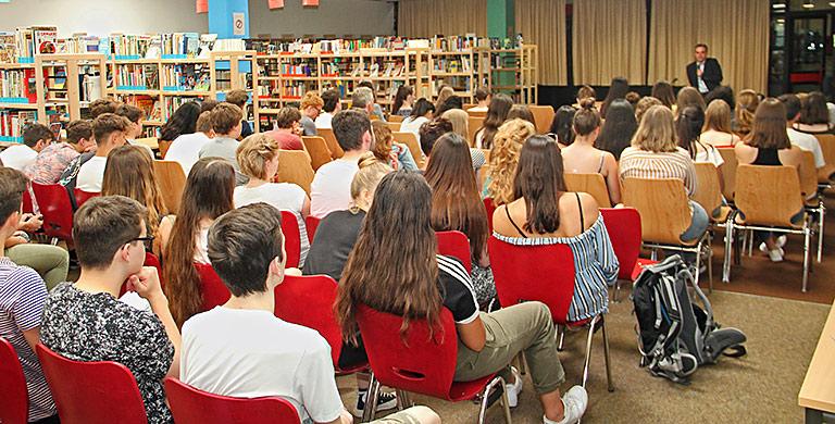 Aufmerksam verfolgten die 17- bis 18-Jährigen Vortrag und Diskussion. | Foto: Thomas Dahl