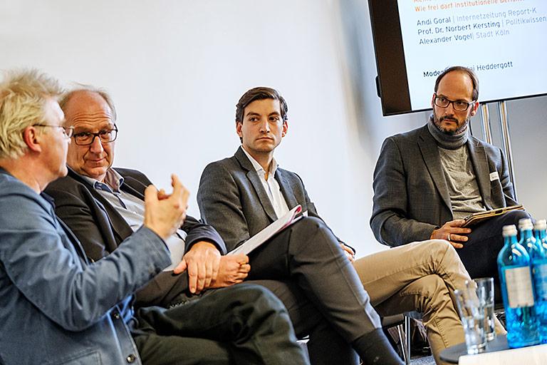 Die Frage, wie Kommunen im Netz agieren dürfen, diskutierte der Kölner Stadtsprecher Alexander Vogel (2. v.r.) auf dem Journalistentag 2018 (v.l.) mit Andi Goral, Norbert Kersting und Moderator Kai Heddergott. | Foto: Alexander Schneider