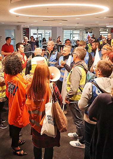 Mit Trillerpfeifen zogen die Beschäftigten durch die Redaktionen. | Foto: Corinna Blümel