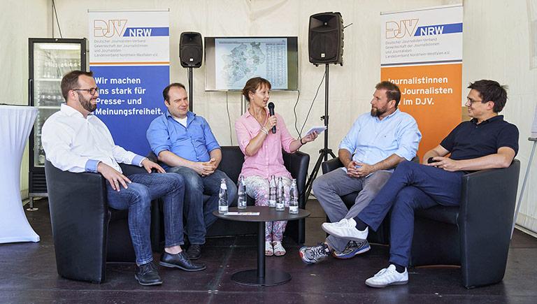 Sascha Fobbe (M.) moderierte die Runde zum NRW-Lokalfunk (v.l.): Thorsten Kabitz, Radio RSG, Timo Naumann, Verband Lokaler Rundfunk (VLR), Volkmar Kah (DJV-NRW) und Alexander Vogt (MdL, SPD). | Foto: Alexander Schneider
