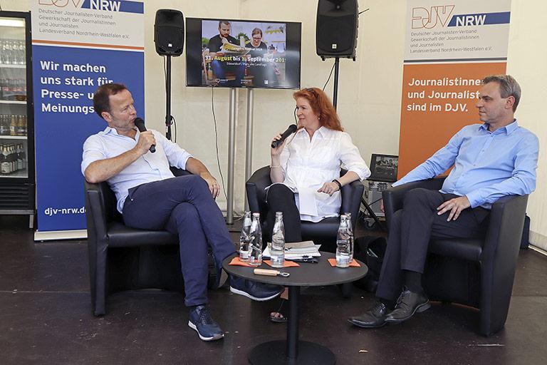Über Journalismus mit Haltung und Werten sprachen Monitor-Chef Georg Restle (l.) und DJV-Bundesvorsitzender Frank Überall mit Moderatorin Kerstin Timm-Peeterß. | Foto: Corinna Blümel