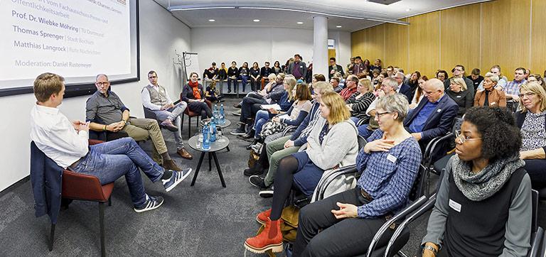 Hochaktuell die Diskussion zum Streit um kommunale Newsrooms mit (v.l.) Matthias Langrock, Thomas Sprenger, Daniel Rustemeyer und Prof. Dr. Wiebke Möhring. | Foto: Udo Geisler