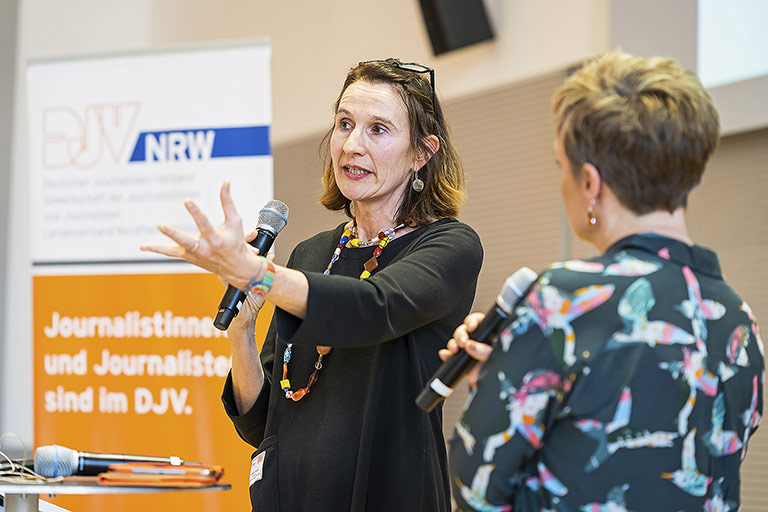 EJF-Direktorin Renate Schroeder (l.) im Gespräch mit Andrea Hansen. | Foto: Alexander Schneider